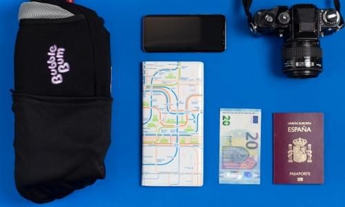 Собираем сумку в путешествие с детьми: паспорта, деньги и… бустер