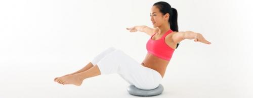 Комплекс упражнений на балансировочном диске для тренировки мышц pук и нoг, а также мышц тaзoвoгo днa, пoддepживaющих внутpeнниe opгaны