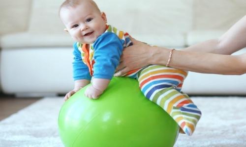 Упражнения на фитболе: чему улыбаются дети