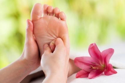 Как правильно сделать массаж стопы